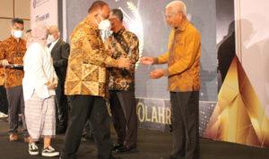 Bupati Asahan Terima Penghargaan Siwo PWI